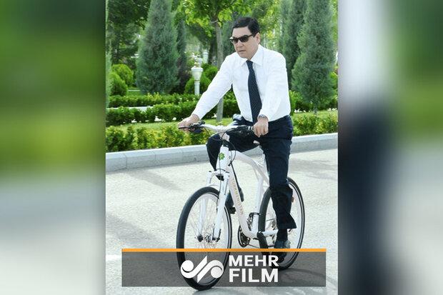 Türkmenistan lideri bisiklet üstünde tabancayla hedef vurdu