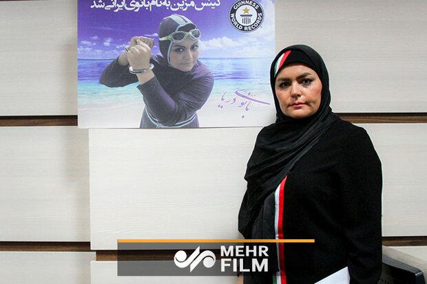بانوی ایرانی رکورددار شنا با دست بسته