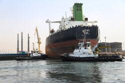 ارساء ناقلة نفط عملاقة في ميناء بندر عباس