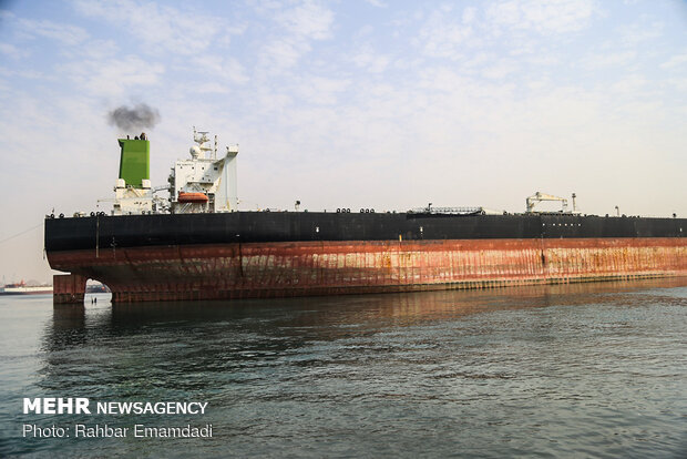 Docking operation of huge oil tanker in Bandar Abbas