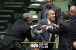 درگیری لفظی در مجلس/ لاریجانی هرجایی میخواهد مجلس را دور میزند