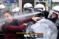 حمله خشونت بار پلیس فرانسه به مردم با گاز اشکآور