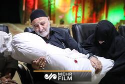 اشکهای مجری برای لالایی مادر شهید در برنامه زنده