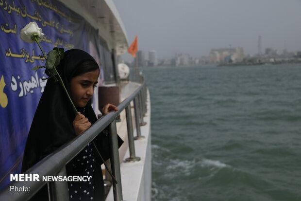 إلقاء الورود في ذكرى الهجمة الإرهابية الامريكية على خليج فارس