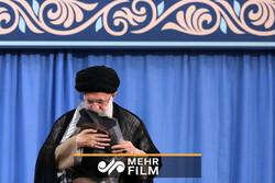 فیلمی تکاندهنده از بوسه رهبرانقلاب بر لباس یکی از شهدا