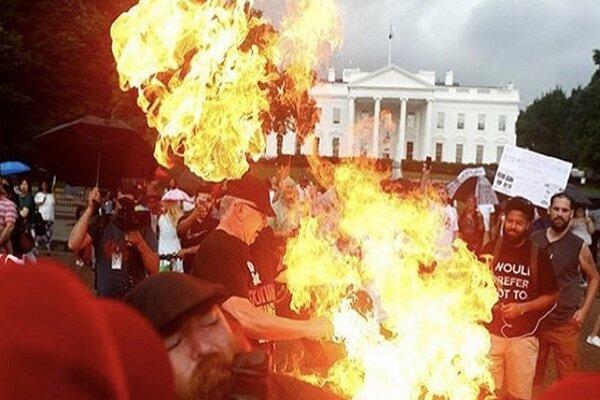 همزمان باسخنرانی ترامپ پرچم آمریکا مقابل کاخ سفیدبه آتش کشیده شد