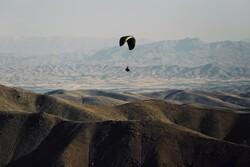 پرواز پاراگلایدرها در ارتفاعات شهر کرمان