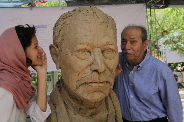 هیجان علی نصیریان از دیدن مجسمهاش/ فرق نمیکند مجسمه کجا نصب شود