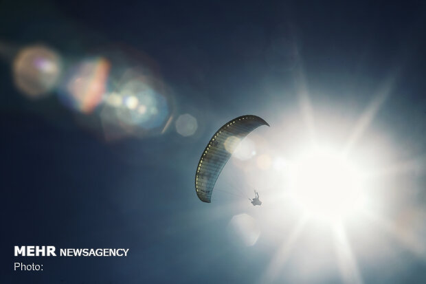مسابقات پرواز با پاراگلایدر در همدان