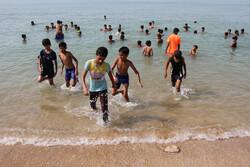 Vatandaşlar sıcak havada denize akın ettiler
