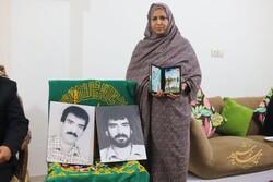 پرچم متبرک حریم رضوی (ع) در منزل خانواده شهدای ایرباس ایرانی