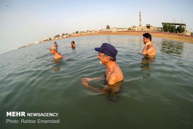 """السباحة في مياه """"بندر عباس"""""""