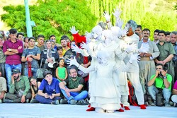 Culture minister hails role Mariwan street theater fest. plays in promoting cultural pluralism, tourism
