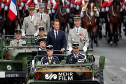 هو شدن ماکرون در حضور مرکل در رژه روز استقلال فرانسه