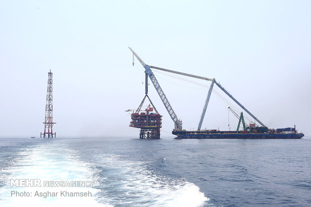 Installing giant drilling rig at South Pars gas field