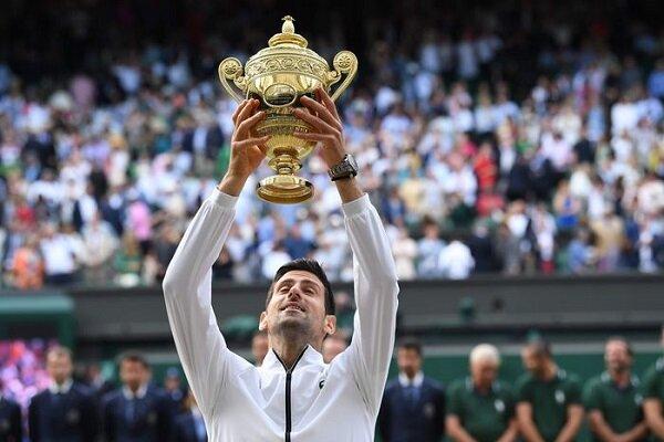 Wimbledon şampiyonu tarihi zaferin ardından çim yedi!