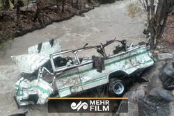 دسته کم ۱۳ نفر کشته در سقوط مینی بوس به انتهای دره