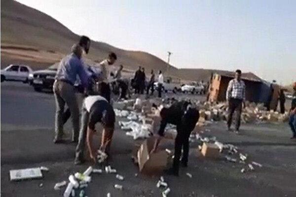 واژگونی کامیون و جمعآوری بار آن توسط مردم