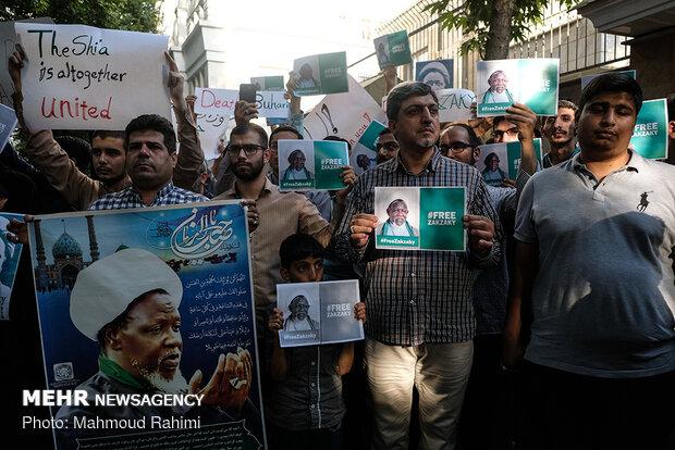 تجمع دانشجويان مقابل سفارت نيجريه در حمايت از شيخ زکزاکي