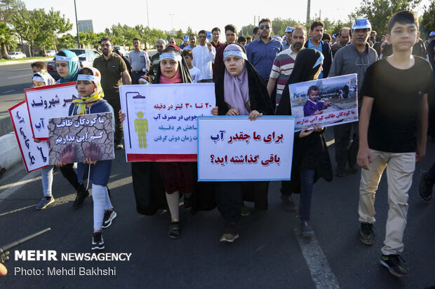 Families in Qom take a free walking tour