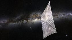 ماهواره ای با بادبان خورشیدی در فضا حرکت می کند