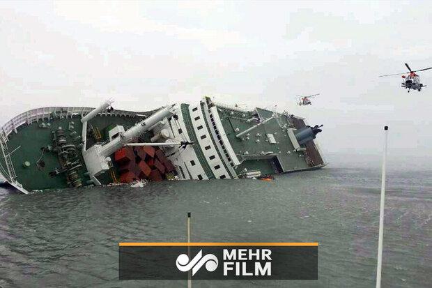 """توثيق لحظة غرق إحدى سفن الشحن الإيرانية في بحر """"الخزر"""""""