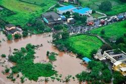 ہندوستان میں ریل گاڑی سیلاب میں پھنس گئی