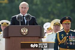 روس میں روسی بحریہ کے دن کی مناسبت سے فوجی پریڈ