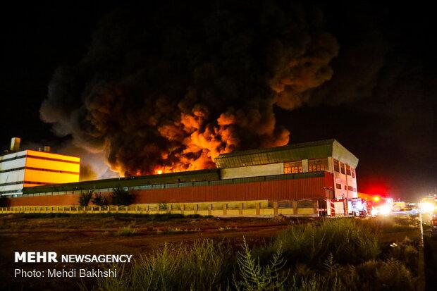 "حريق  يلتهم معملين بتروكيميائيين في ""قم"" / فيديو"
