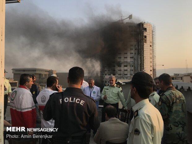 """اخلاء المنازل الحولية لفندق """"آسمان"""" بمدينة """"شيراز"""" بعد شبّ حريق فيه"""