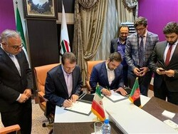 Head of Islamic Republic of Iran Customs Administration Mehdi Mirashrafi (L) and Director General of Afghanistan Customs Department Ahmad Reshad Popal (R) signing an MOU for customs cooperation in Tehran on Sunday