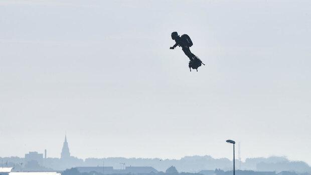 پرواز مرد پرنده از روی کانال مانش