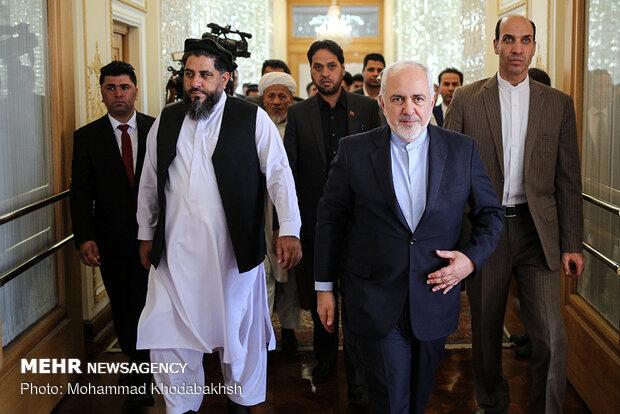 ظريف يبحث مع رئيس مجلس الشيوخ الافغاني توطيد العلاقات بين طهران وكابول