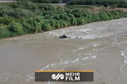 تلاش برای یافتن راننده کامیونی که به رودخانه ارس سقوط کرد