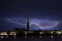 سعودی عرب کے دارالحکومت ریاض پر آسمانی بجلی کا حملہ