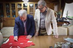 علی پروین پیراهن پرسپولیس را به شهرداری اهدا کرد