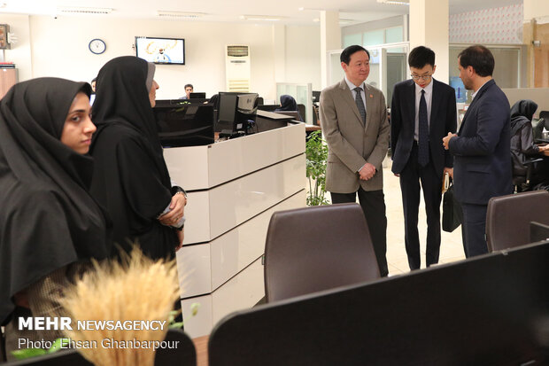 Chinese amb. at Mehr News HQ for tour