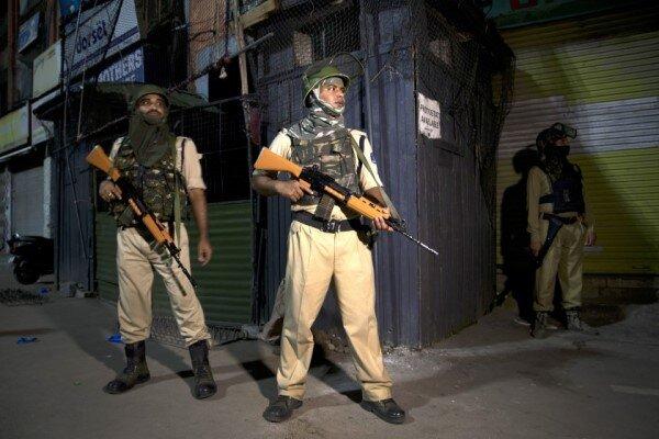 بھارتی فوج کشمیر میں کم عمر لڑکوں کو گرفتار کررہی ہے