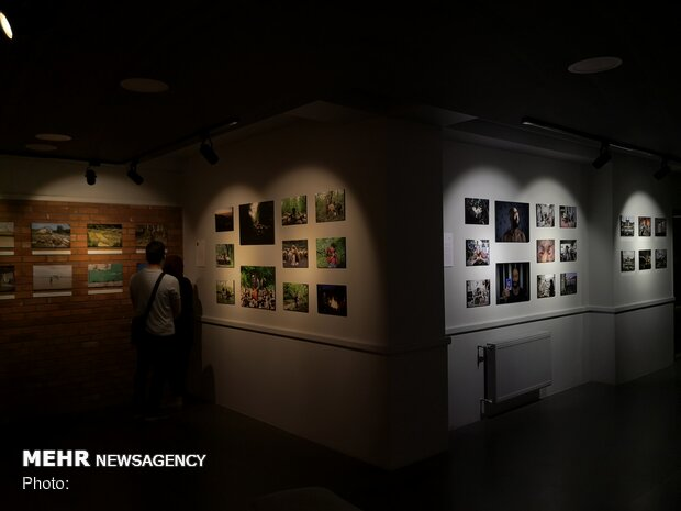 Group photo gallery 'Kiosk' on display in Sari