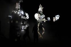 عروسک های غول پیکر در کاشان به حرکت درآمدند/مشارکت ۴۵ هنرمند در اجرای «تنها یک زمین داریم»