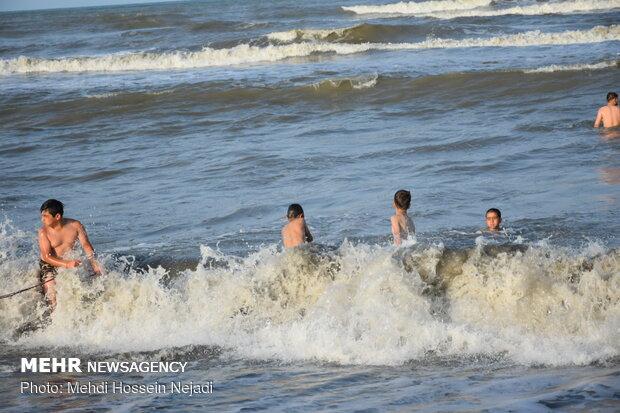 تفریح خطرناک گردشگران در منطقه شنا ممنوع آستارا