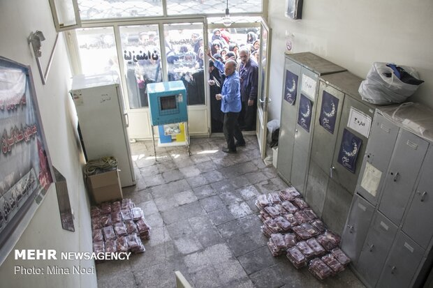 Distribution of meat among the needy during Eid al-Adha in Tabriz