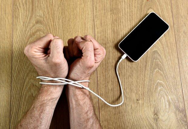 """""""بی تلفن همراه هراسی"""" کودکان و نوجوانان ایتالیایی"""