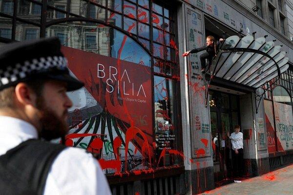 انگلیسیها به سفارت برزیل در لندن حمله کردند