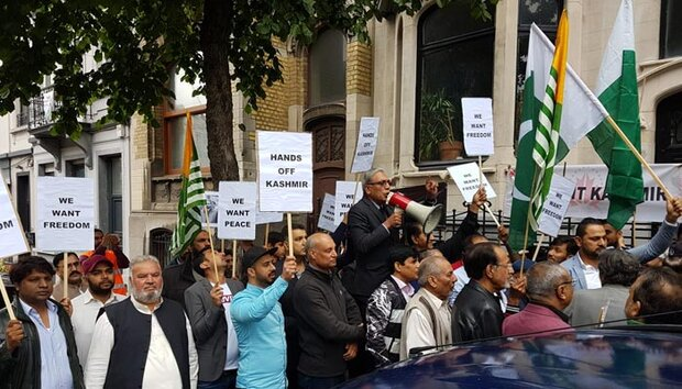 برسلز میں بھاتی سفارتحانے کے سامنے کشمیریوں کی حمایت میں مظاہرہ