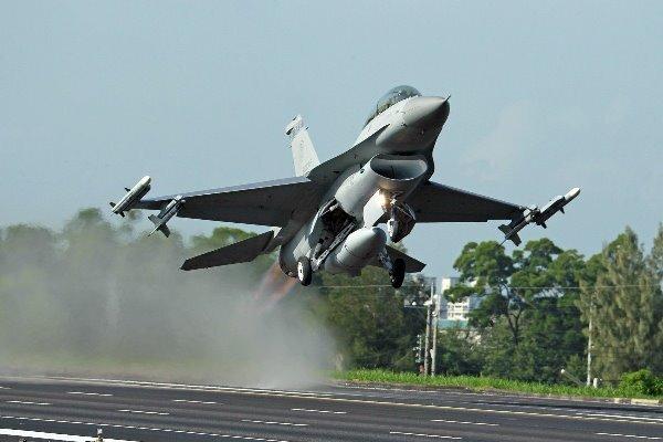یک جنگنده اف-۱۶ درجنوب غربی آلمان سقوط کرد