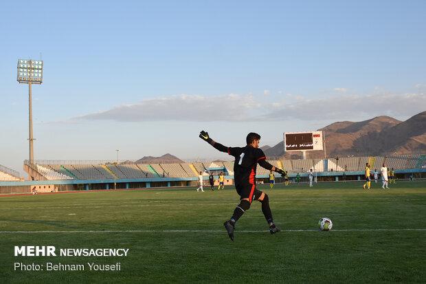 دیدار تیم های فوتبال آلومینیوم اراک و فجر سپاسی شیراز