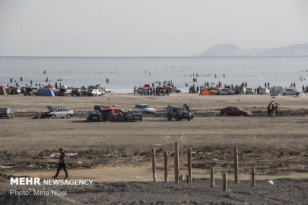 هجوم دستهجمعی برای آبتنی کرونایی در دریاچه ارومیه!