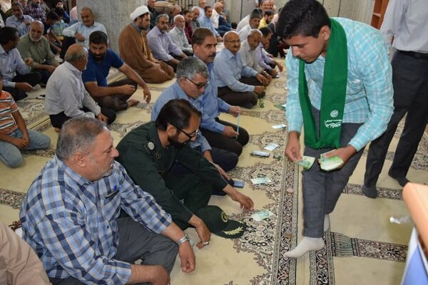 سادات جوان ابرکوه به نمازگزاران عیدانه دادند