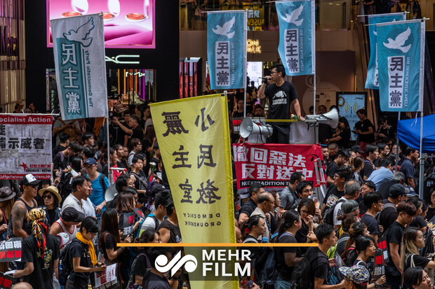 عبور جالب آتشنشانی از بین تظاهراتکنندگان در هنگکنگ
